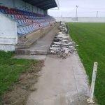 Obras de cambio de la valla de cemento por otra de madera en el Campo de Fútbol de San Pedro