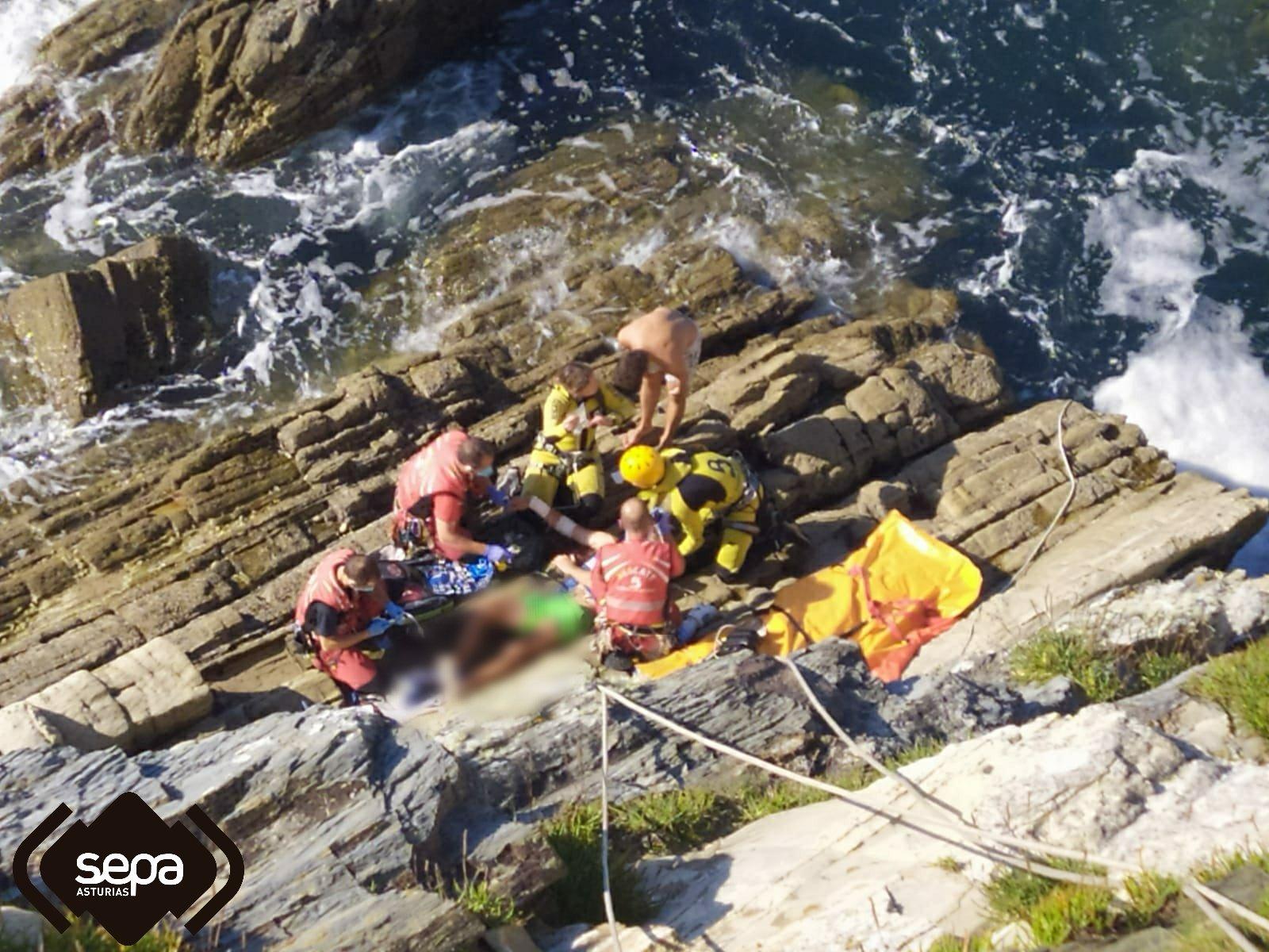 Rescatado un hombre que se cayó por el acantilado de Cabo Blanco (Valdepares, El Franco)