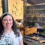 """María Fernández (Museo Etnográfico Puerto de Vega): """"lo que más sorprende al visitante es la variedad de oficios existente en la comarca y también la historia de la caza ballenera"""""""