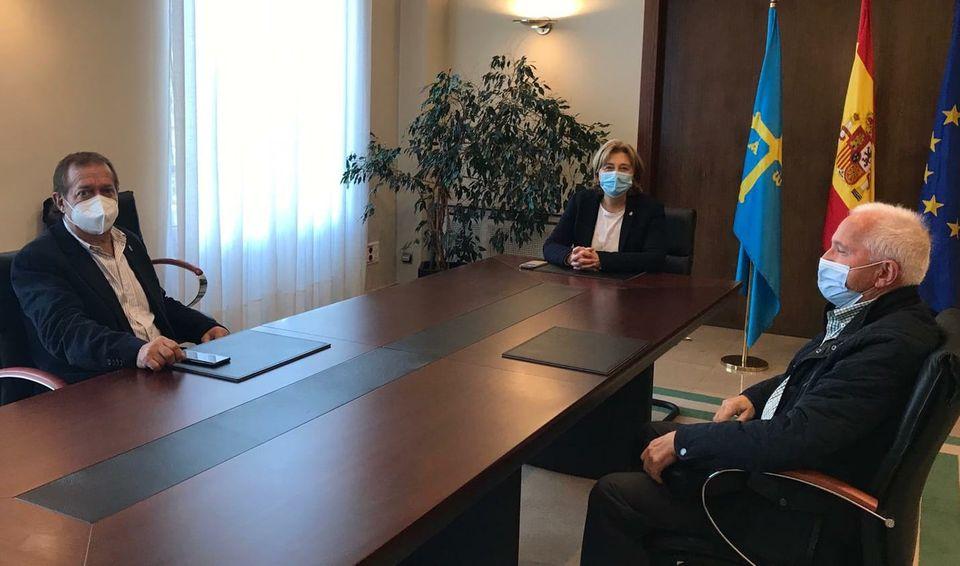 Reunión de la Delegada del Gobierno con Ex-Presidente y Presidente del Grupo de Montaña Peña Furada