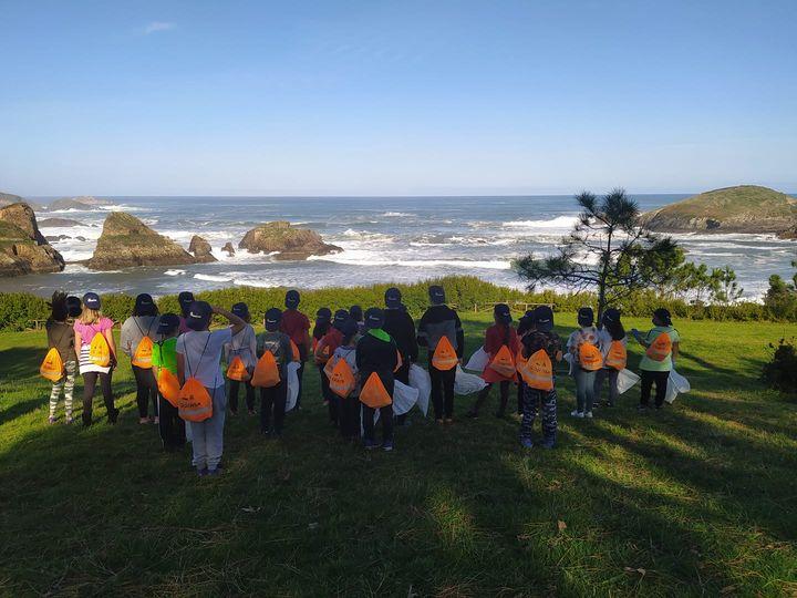 Los alumnos y alumnas de 3° a 6° del Colegio Público de Valdepares limpiaron el recorrido que hay desde el centro hasta la playa de Porcía