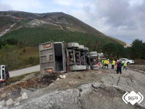 Un hombre resulta herido al volcar el camión que conducía en Tineo