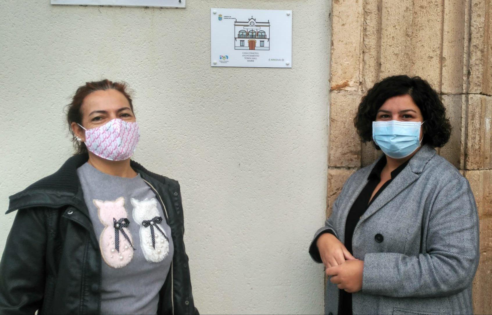 El ayuntamiento de Cangas del Narcea instala siete placas con pictogramas en edificios municipales para garantizar la accesibilidad cognitiva