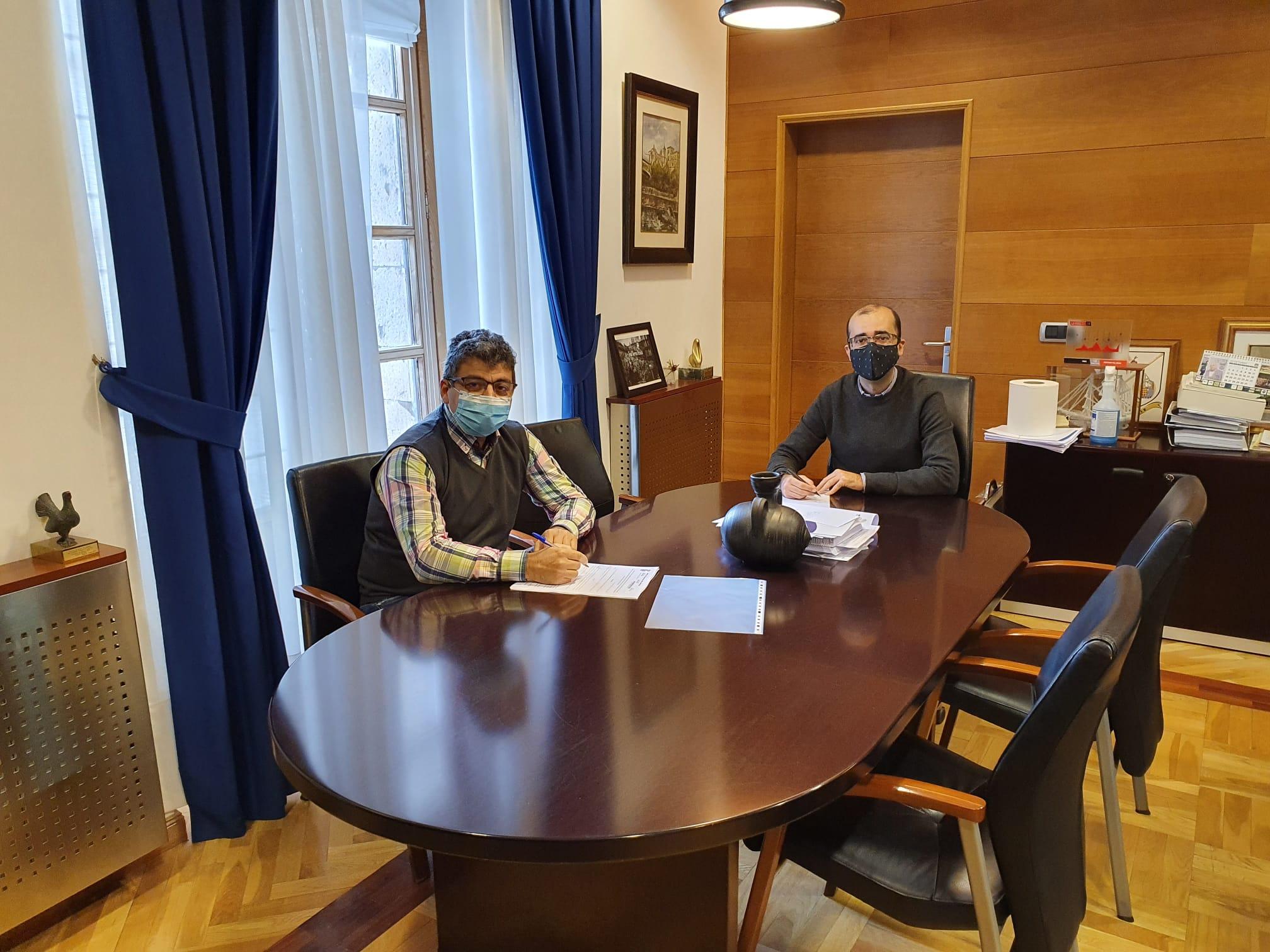 El Ayuntamiento y el Club Baloncesto de Cangas del Narcea firman el convenio que incrementa su ayuda hasta los 3.500 euros