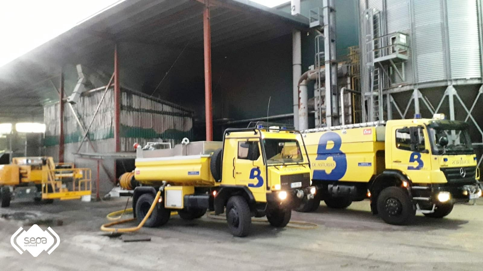 Controlado incendio industrial en Tineo