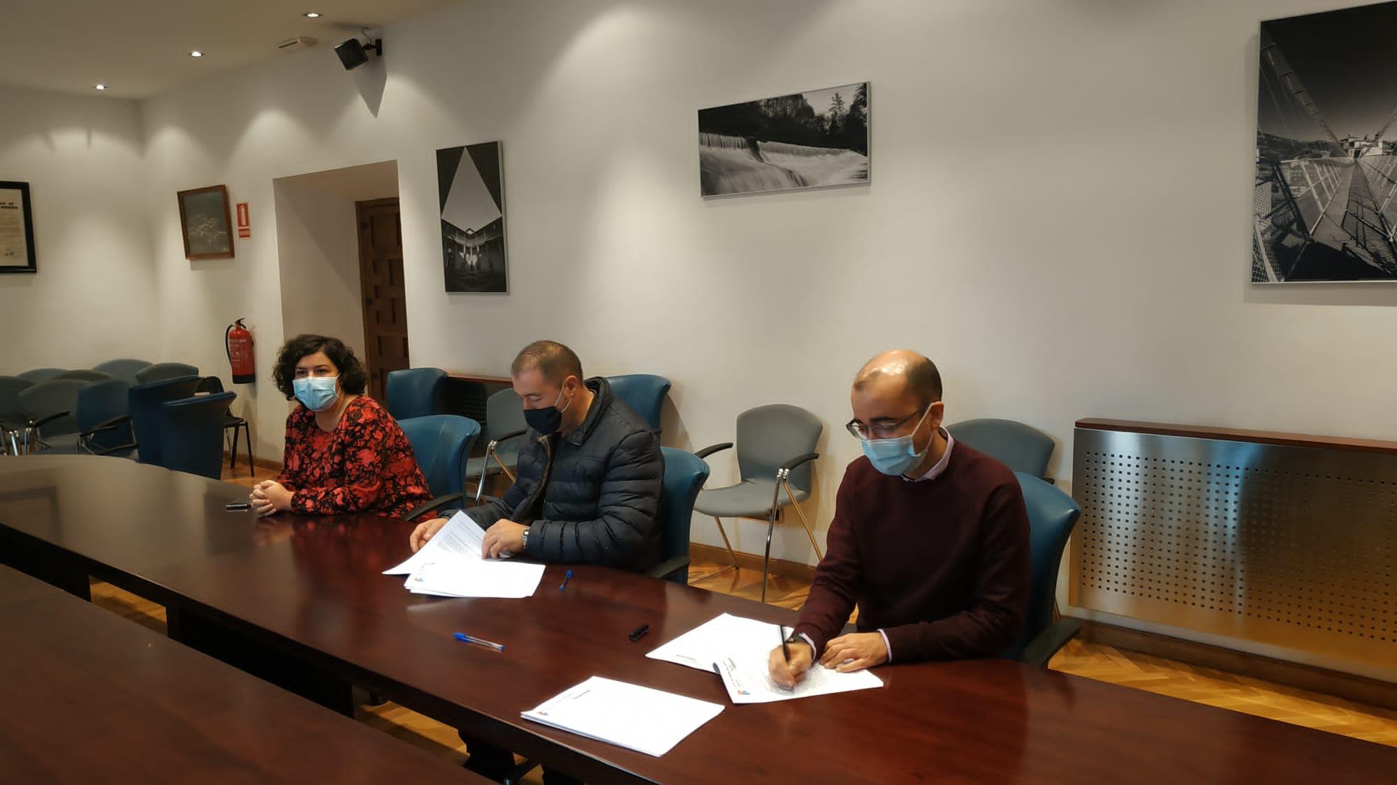 Cangas del Narcea firma un convenio con la hostería local que contempla una ayuda de 19.000 euros
