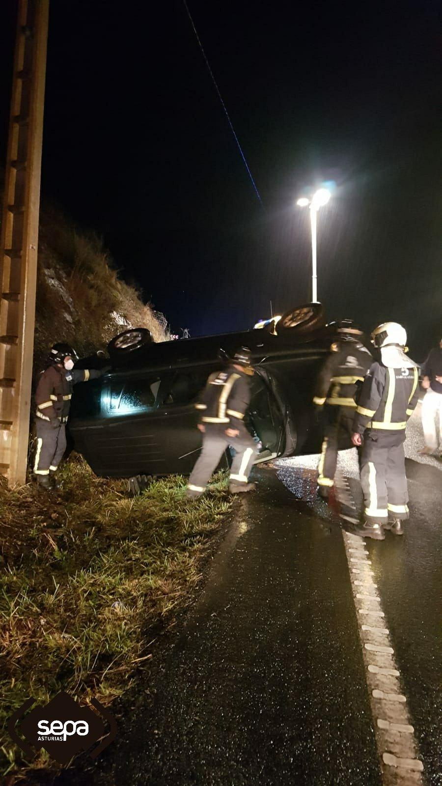 Un varón resultó herido en un accidente de tráfico en Tineo