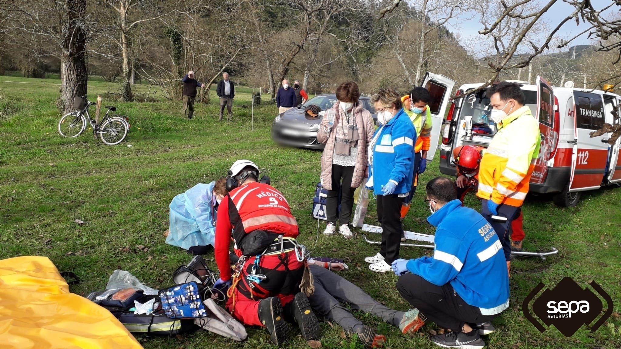 El Grupo de Rescate de Bomberos de Asturias a bordo del helicóptero medicalizado ha evacuado al HUCA a una mujer que sufrió una caída de un caballo en Laneo, Salas.
