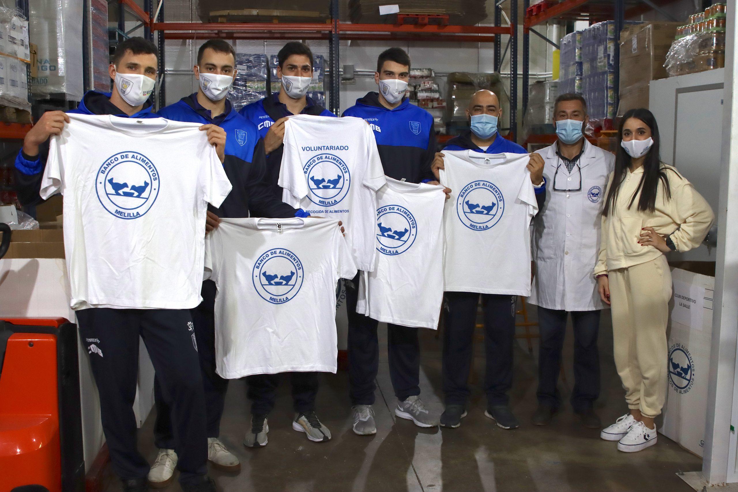 Jugadores (entre ellos el naviego Javi Menéndez) y Cuerpo Técnico del CB Melilla Sport Capital visitan y colaboran como voluntarios en diversas labores del Banco de Alimentos Melillense