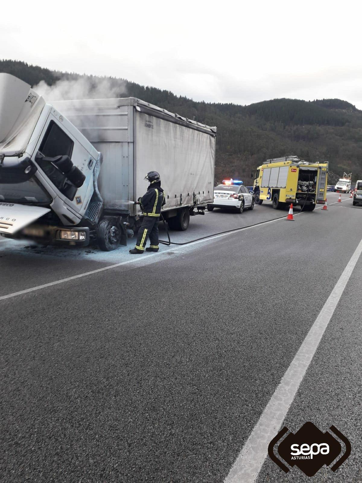 Bomberos de Tineo sofocan el incendio de un camión en Salas