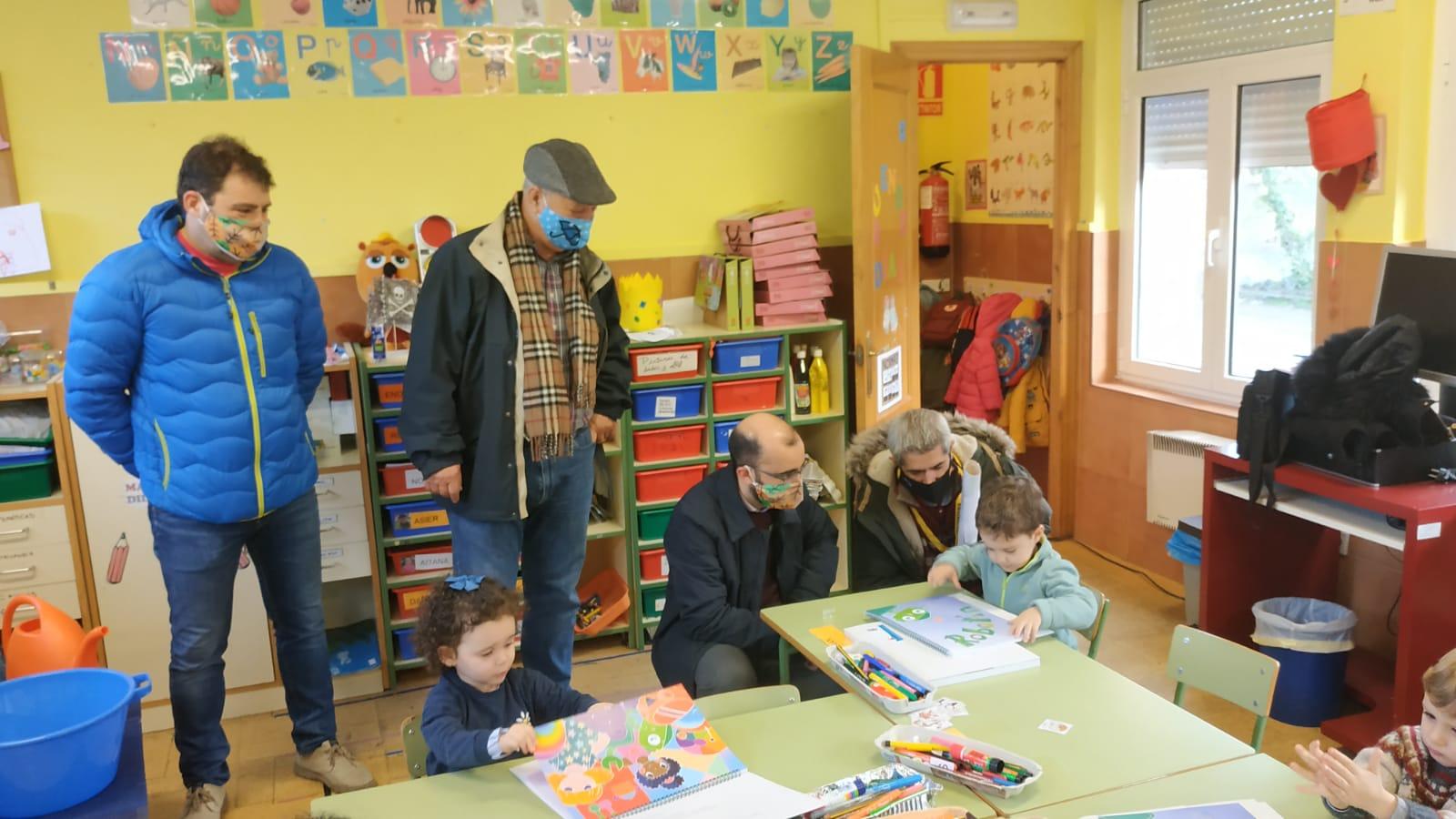 El ayuntamiento de Cangas del Narcea regala libros a los/as escolares del municipio