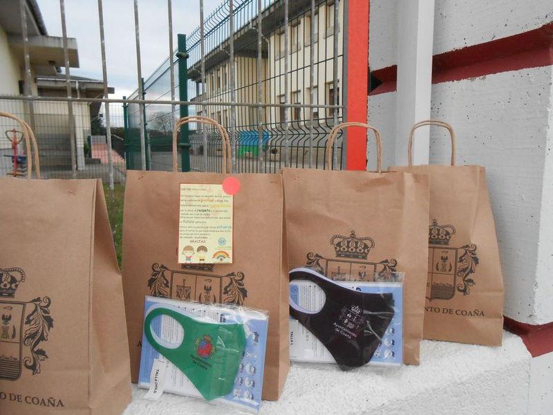 El Ayuntamiento de Coaña entrega mascarillas reutilizables al Colegio Dario Freán