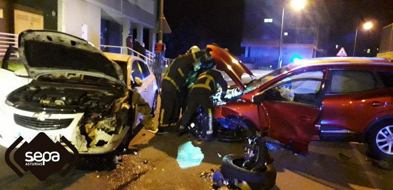 Dos heridos por la colisión entre dos vehículos en Avilés