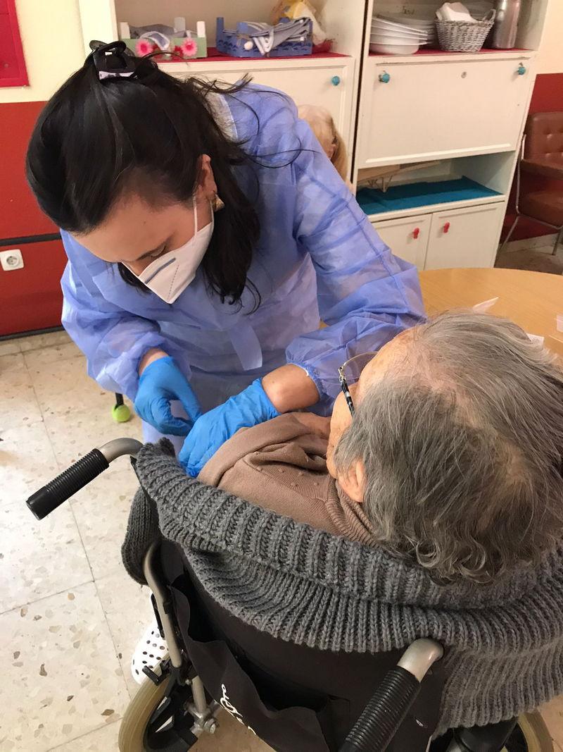 La vacunación contra la covid-19 evita más de 300 muertes en residencias de personas mayores en dos meses