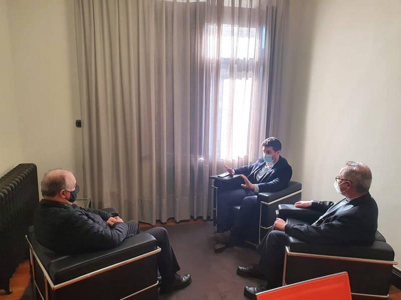 El alcalde de Cudillero traslada al Arzobispado la situación de diferentes inmuebles eclesiásticos ubicados en el concejo