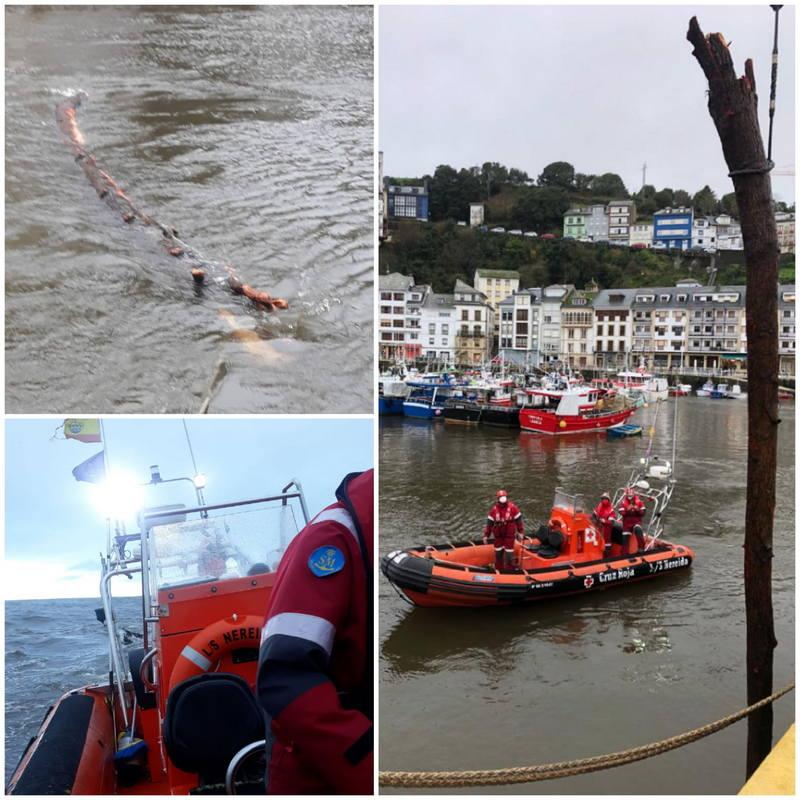La Salvamar LS Nereida retira varios troncos en el canal del puerto de Luarca