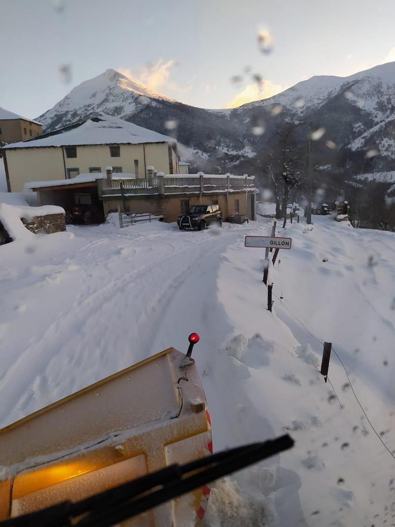 Cangas del Narcea distribuye 9.500 kilos de sal para hacer frente a las fuertes heladas