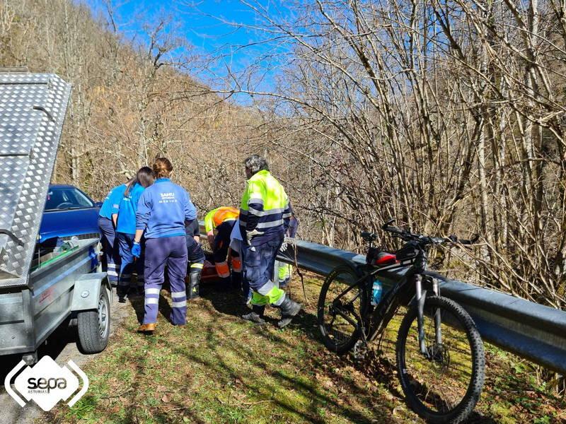 Un ciclista resulta herido tras chocar contra un quitamiedos en Caso