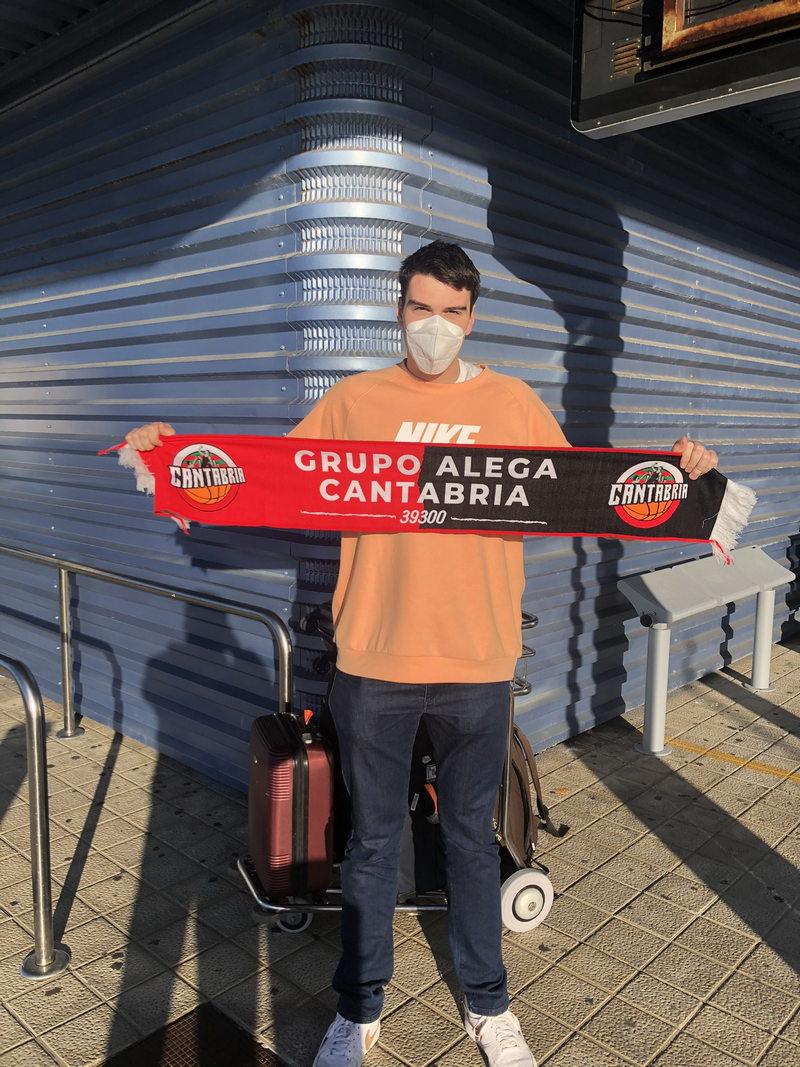 El naviego Javi Menéndez ya es nuevo jugador del Grupo Alega Cantabria Basket de LEB Plata