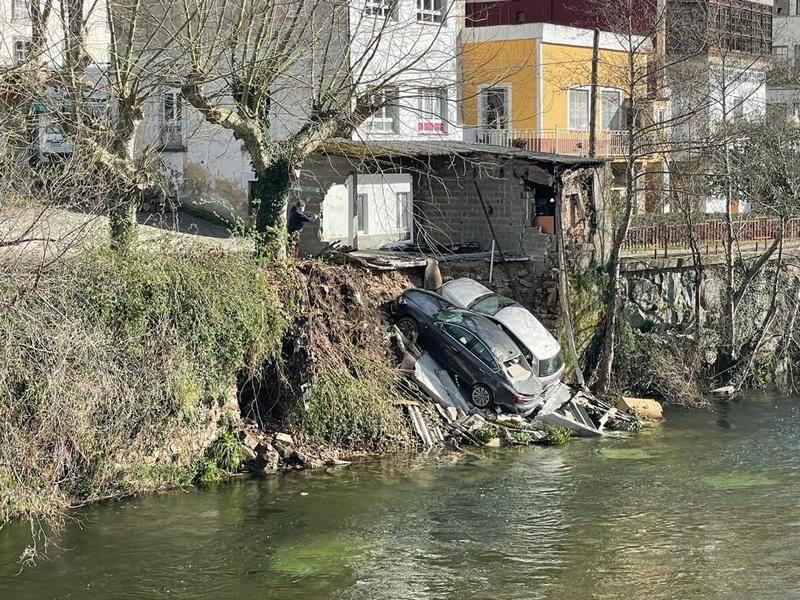 Caen dos coches a orillas del Esva, al desmoronarse el garaje donde estaban aparcados