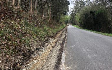 Tareas de limpieza de cunetas en carreteras de Ribadeo