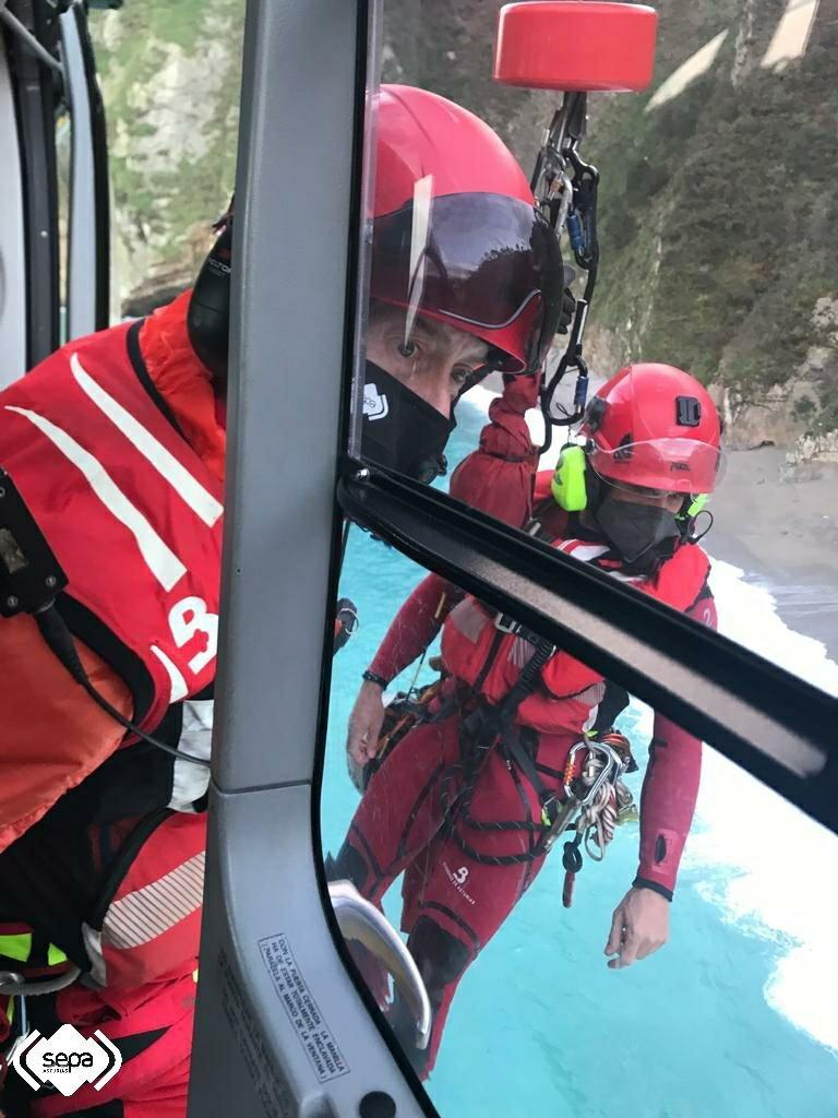 Bomberos del SEPA rescatan a dos buzos en Cudillero
