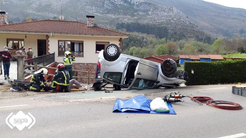 Herido tras volcar con el coche que conducía
