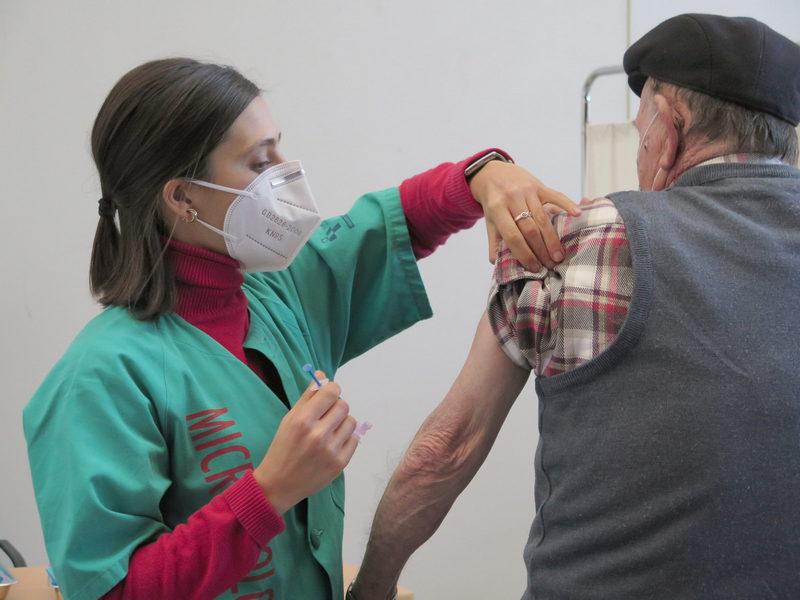 La vacunación completa frente a la covid llega al 70% de la población asturiana