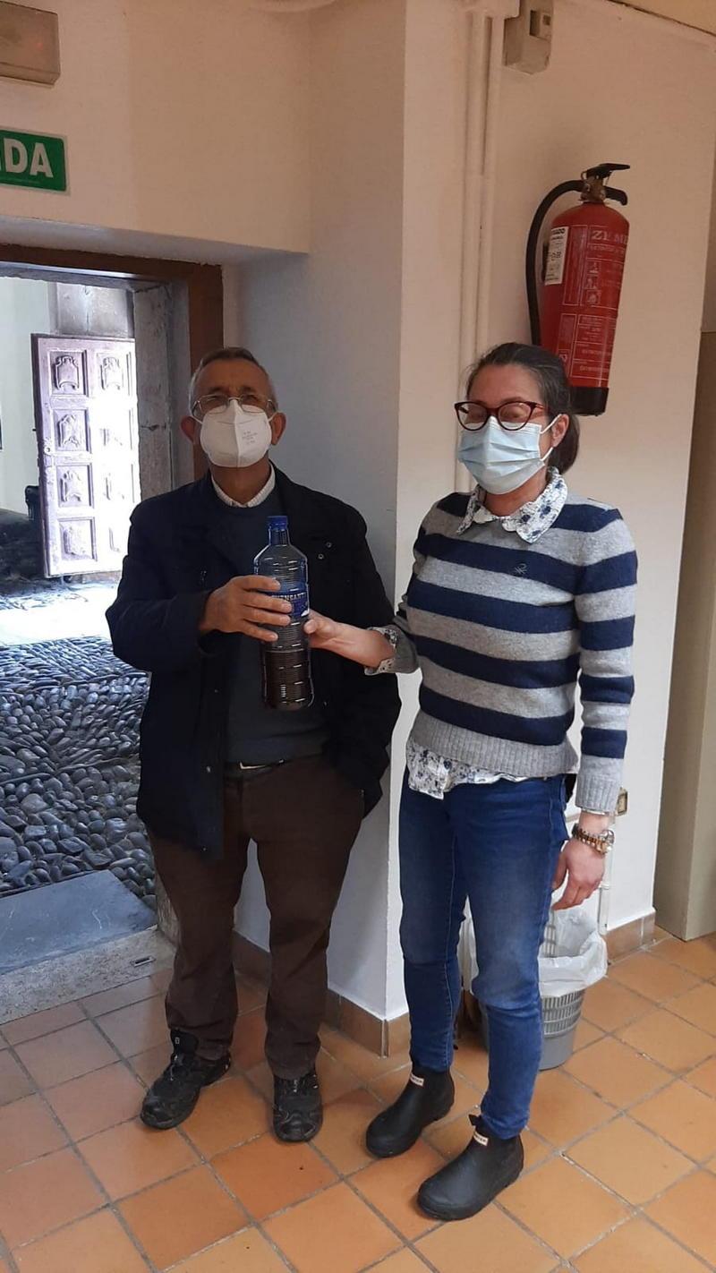 Medio centenar de vecinos/as de Cangas del Narcea participan en el trampeo de avispa asiática