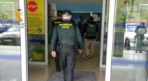 La Guardia Civil detiene en Cangas de Narcea a un joven por tráfico de medicamentos.