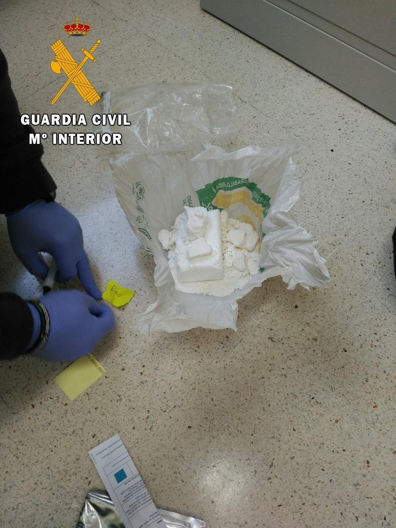 La Guardia Civil detiene a los ocupantes de un vehículo que se dio a la fuga tras arrojar casi medio kilo de cocaína por la ventanilla.