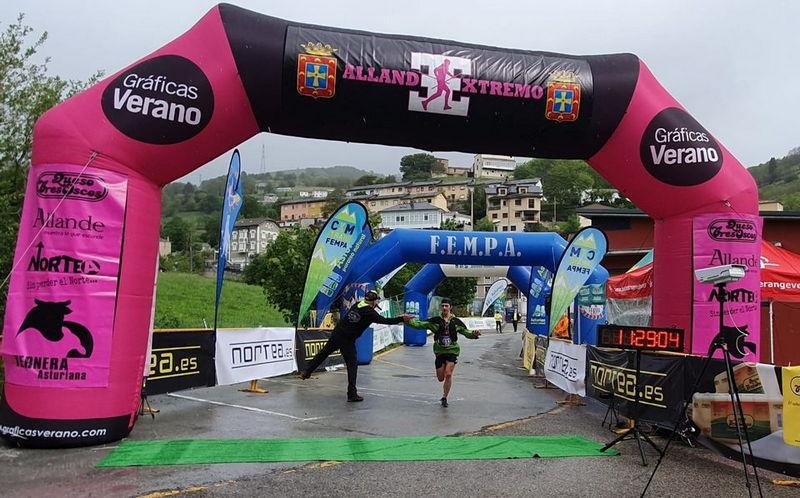 Pablo Sierra, del Mueve-t G.M Moscón y Marta Martínez Abellán del Avientu, Campeones de Asturias en Línea de Carreras por Montaña en la Allande Extremo.