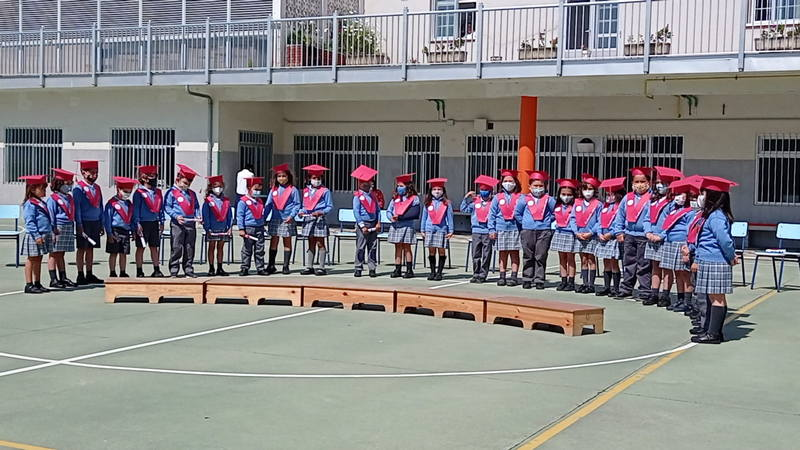 El colegio Sagrado Corazón, de Ribadeo, celebró una ceremonia de graduación para los 26 alumnos y alumnas que acaban este curso sexto de Educación Infantil.