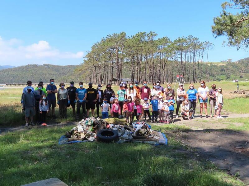 Recogida voluntaria de residuos en el entorno de La Poza de Navia