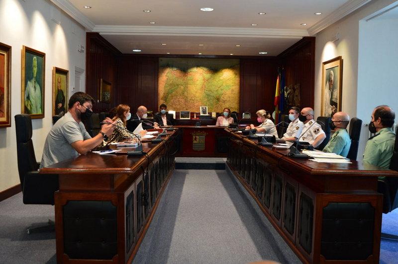 La Junta Local de Seguridad de Valdés aborda la incorporación de la Policía Local al Sistema Viogen y la llegada de visitantes en verano