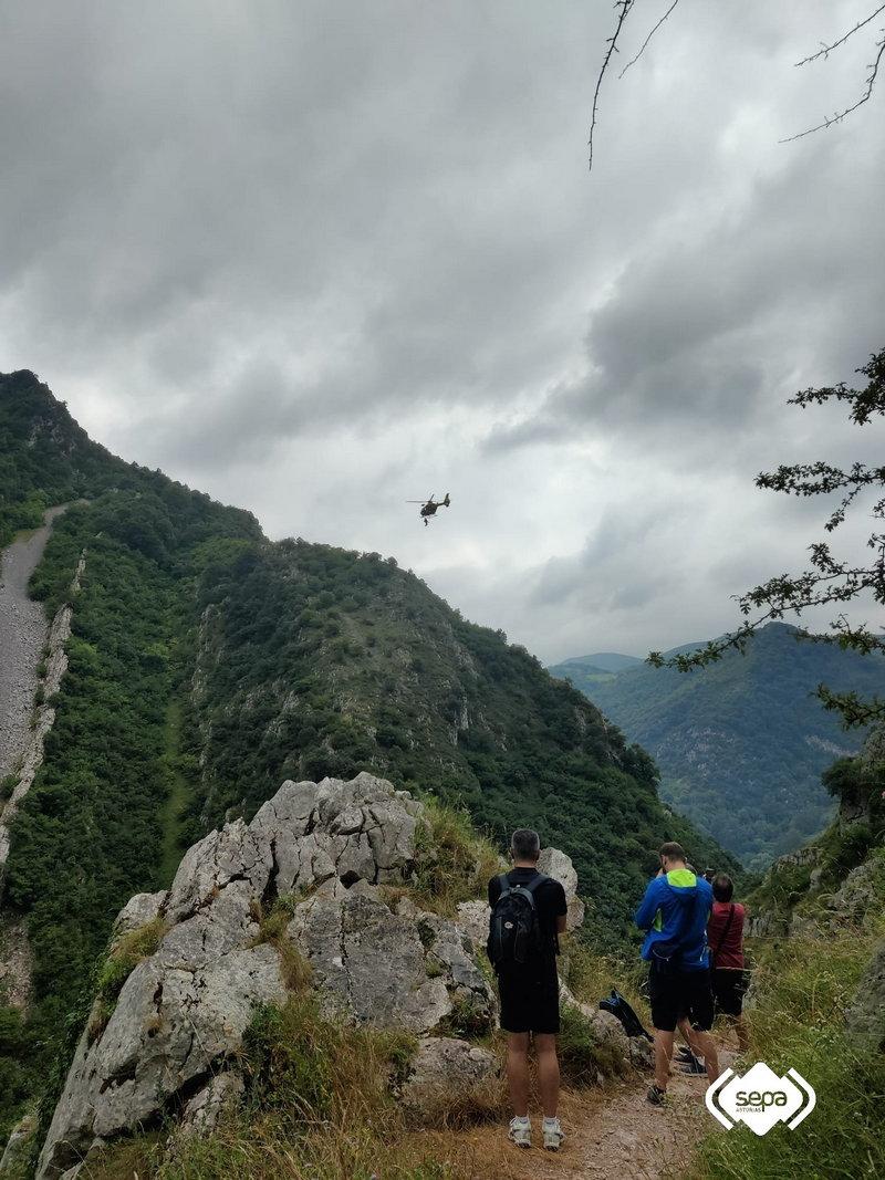 Evacuada a bordo del helicóptero de Bomberos de Asturias una senderista herida en una pierna