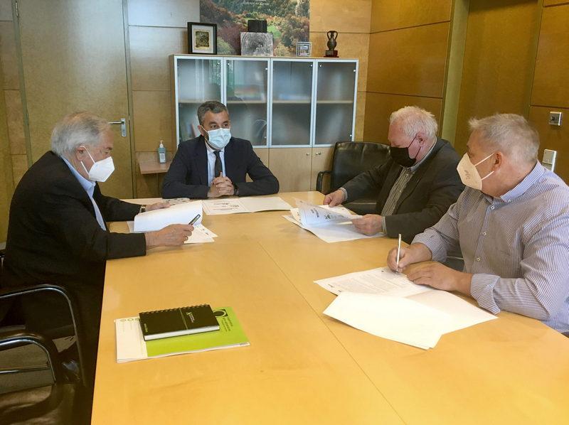 El Consejero de Medio Rural y Cohesión Territorial, Alejandro Calvo, que se ha reunido hoy con los presidentes de Agrovaldés Sociedad Cooperativa Limitada, Corvera Sociedad Cooperativa Asturiana y la Cooperativa de Gijón para presentar la alianza que han constituido las tres entidades para impulsar el desarrollo del campo asturiano.