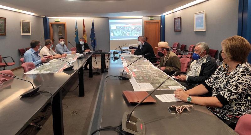 Medio Rural presenta a los alcaldes del Valle del Navia el anteproyecto de la obra de mejora en la AS-12; los mandatarios piden la reducción de los plazos de ejecución de las obras