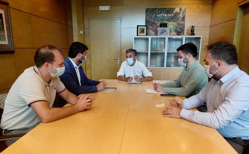 El consejero de Medio Rural y el alcalde de Valdés analizan obras de interés para el municipio