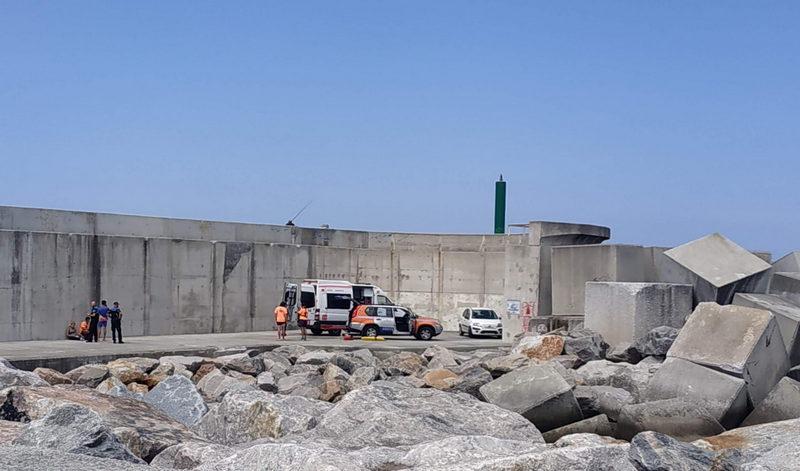 Herido al caerse en la zona de los bloques del puerto de Puerto de Vega