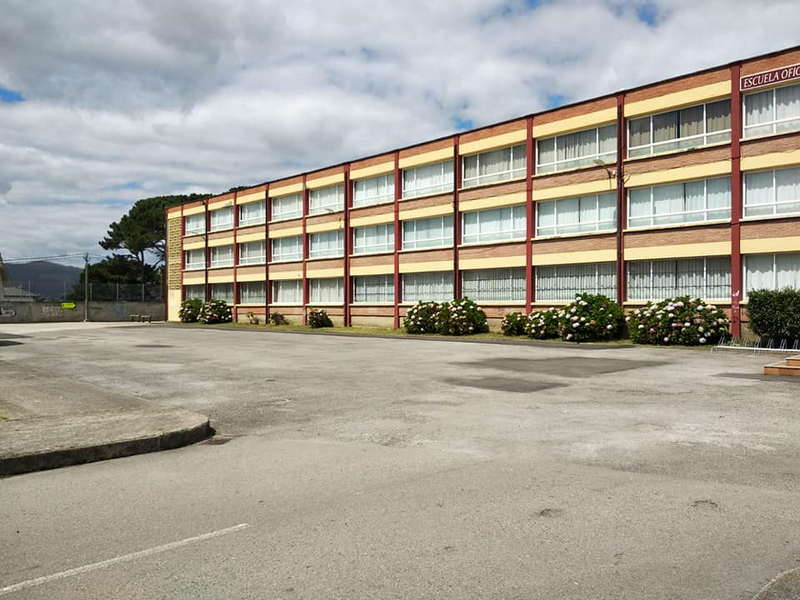 La explanada del IES de Luarca se podrá utilizar como aparcamiento fuera del calendario escolar