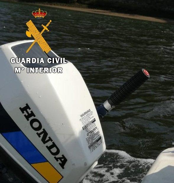 La Guardia Civil investiga en Pravia a tres jóvenes por el hurto del motor de una embarcación.