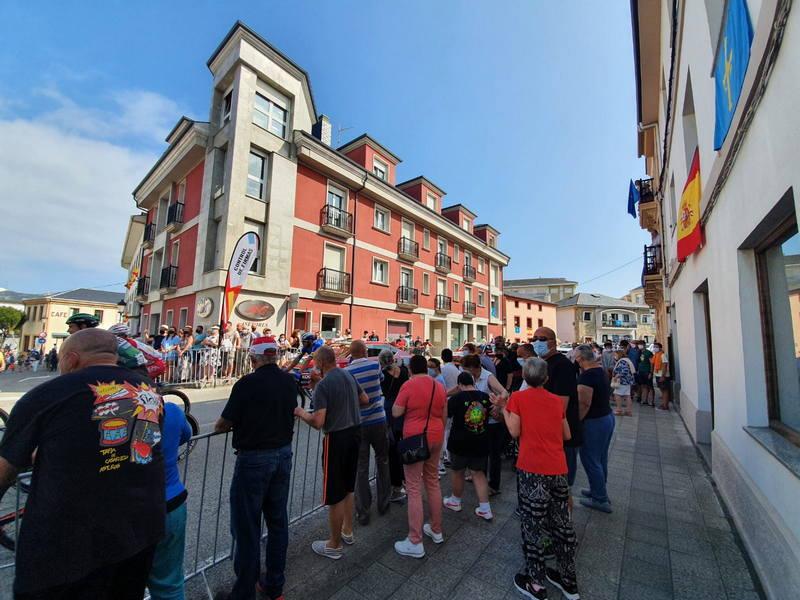Gran ambiente en Tapia en la Salida de la 19ª etapa de la Vuelta Ciclista a España