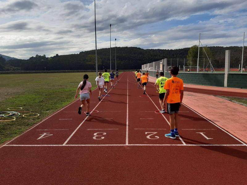 Colocación de valla de madera en las pista de atletismo de El Pardo