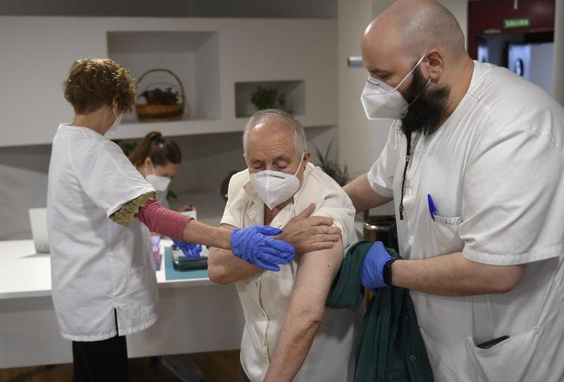 El Principado comienza a aplicar la tercera dosis de vacuna contra la covid en los centros sociosanitarios para personas mayores